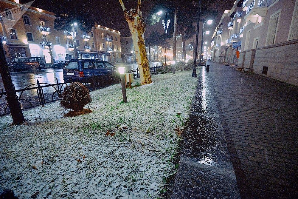Город Рустави расположен неподалеку от Тбилиси - в ряде районов столицы Грузии в ночь на пятницу тоже шел снег