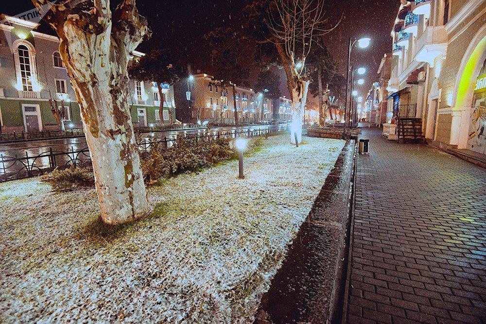 Даже такой небольшой снежок на газонах сразу преобразил вид города