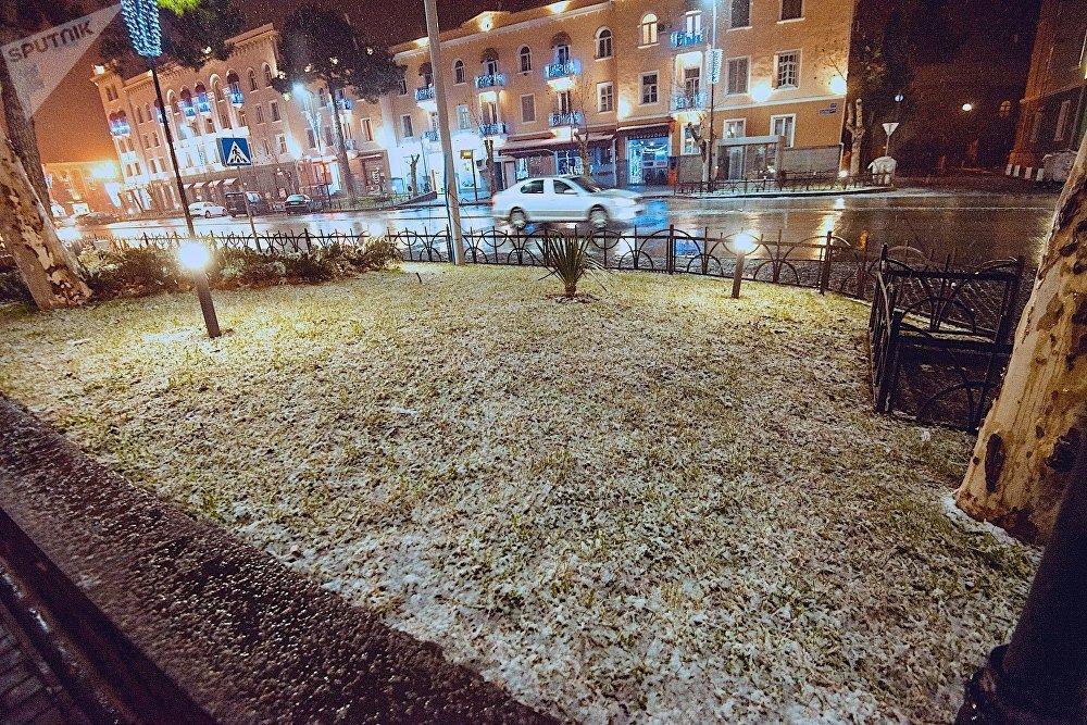 Прохожих во время снегопада на улицах Рустави практически не было - хотя как говорят жители города, в хорошую погоду тут многолюдно
