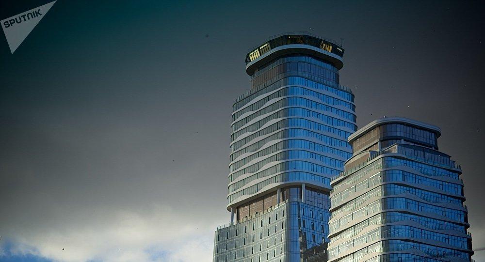 Тучи над городом Тбилиси - комплекс King David