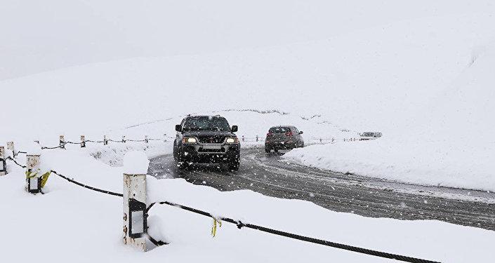 Очищенный от снега отрезок Военно-Грузинской дороги с проезжающими машинами
