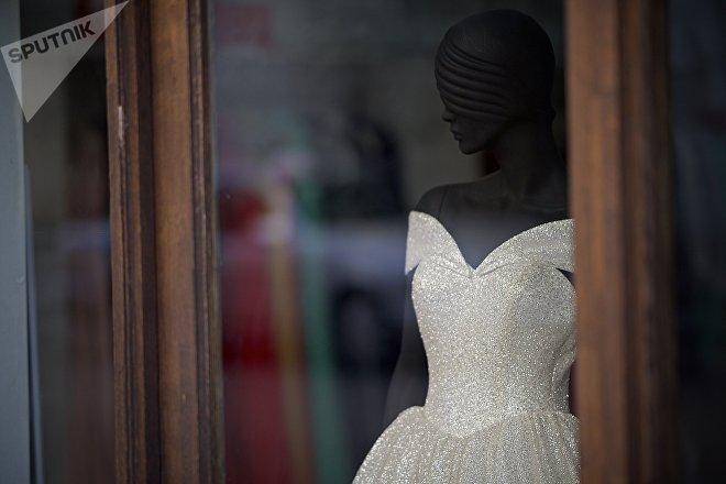 Свадебное платье на манекене в витрине магазина