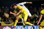 Матч между испанскими футбольными клубами Реал Мадрид и Вильярреал, архивное фото. На снимке - защитник Реала Серхио Рамос борется за мяч с защитником Вильярреала Марио Гаспаром