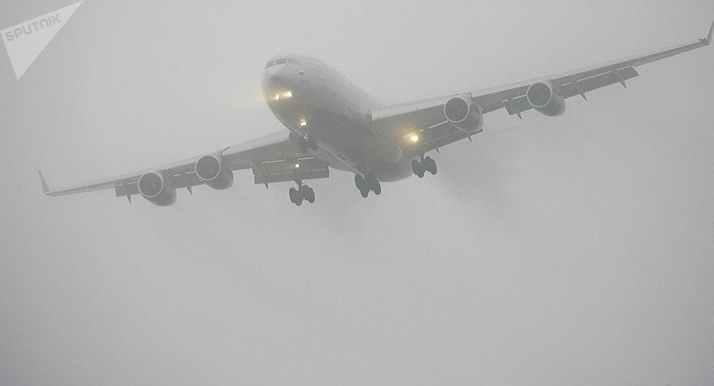 თვითმფრინავი ეშვება ნისლში
