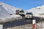 Грузовой трейлер едет по Военно-Грузинской дороге