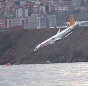 Пассажирский самолет в Турции застрял на склоне над морем. Кадры ЧП