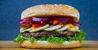 Гамбургер с говяжьим мясом сыром и овощами