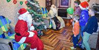 ჟურნალისტი იცვლის პროფესიას - თოვლის ბაბუა საჩუქრებით