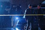 Следователи и криминалисты работают на месте преступления, архивное фото