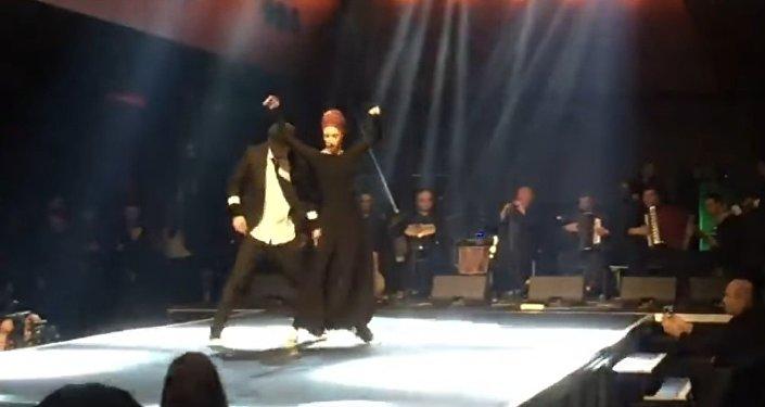 Илико Сухишвили на сцене с одной из танцовщиц Сухишвили