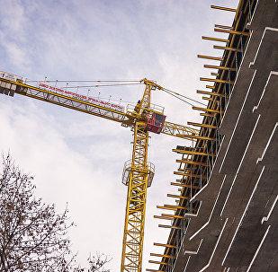ამწე კრანი მრავალსართულიანი საცხოვრებელი კორპუსის მშენებლობაზე