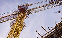 Подъемный кран на строительстве нового многоэтажного жилого дома в грузинской столице