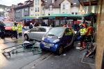 Пожарные и полицейские на месте въезда школьного автобуса в дом в Германии