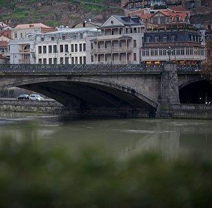 Вид на центр Тбилиси в пасмурную погоду - Метехский мост и Мейдан