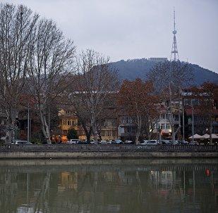 Вид на центр Тбилиси зимой - набережная Кури и телевышка