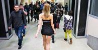 Девушка в мини-юбке