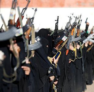 ერთ-ერთი მუსლიმანური რადიკალური მიმდინარეობის მონაწილე შეიარაღებული ქალები სანაში გამართულ კრებაზე, იემენი
