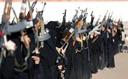 Вооруженные женщины, представляющие одно из мусульманских радикальных течений, участвуют в собрании в Сане, Йемен