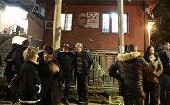 Представители общественности участвуют в траурной акции в память об убитом лидере косовских сербов Оливере Ивановиче перед его домом в Косовской Митровице, Сербия