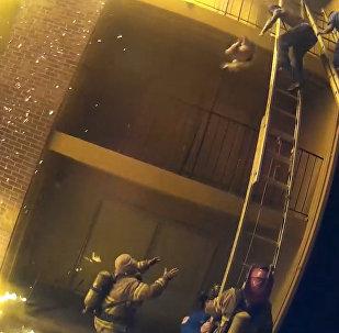 Пожарный поймал девочку, которую сбросили с третьего этажа