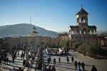 Территория кафедрального собора Святой Троицы - Самеба с видом на Тбилиси