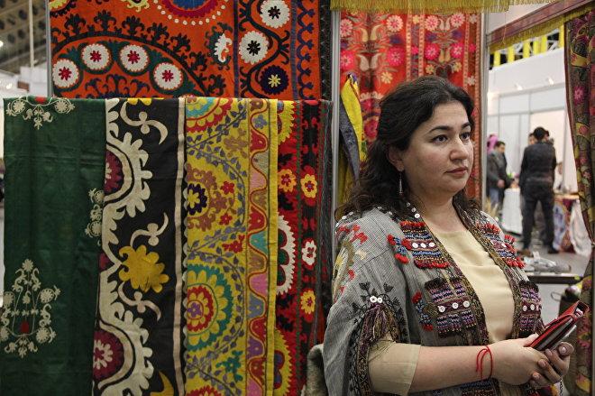 Организатор выставки Тюбетейка Фатима Арифджанова