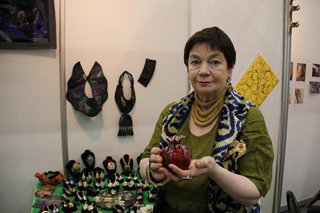 Елена — продавщица стенда минанкари, грузинской перегородчатой эмали