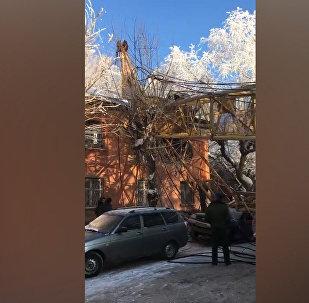 Кадры с места падения строительного крана на жилой дом в Кирове