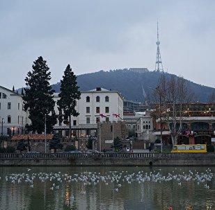 Тбилиси зимним вечером - вид на набережную города и здание Патриархии
