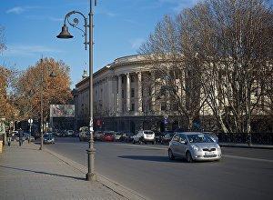 Здание на набережной Тбилиси