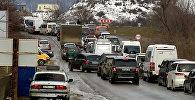 Длинная пробка из машин на Военно-Грузинской дороге зимой