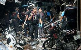 გამომძიებლები და პოლიცია სამხრეთ ტაილანდის ბაზარში მომხდარი აფეთქების ადგილზე, რის შედეგადაც დაიღუპა სამიდა დაშავდა 20 მშვიდობიანი მოქალაქე