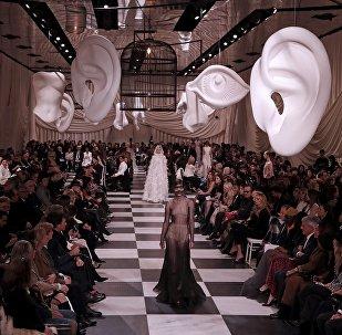 Грандиозное шоу в Париже устроил дом моды Christian Dior во время показа новых коллекций своих модельеров