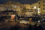 Представители правоохранительных органов и местные жители на месте теракта в Бенгази, Ливия