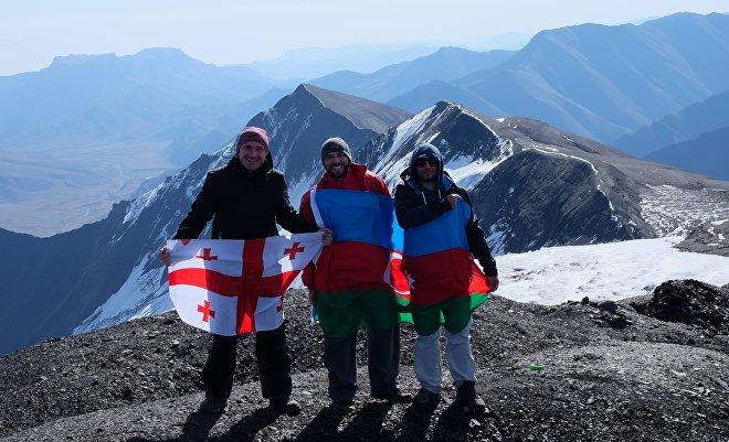 Ираклий Габриадзе (слева) на вершине Базардюзю