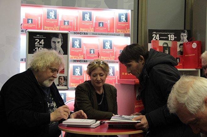 Автограф-сессия Нины Шадури-Зардалишвили и фотографа Александра Стернина