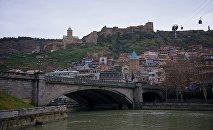Вид на город Тбилиси - набережная и Метехский мост