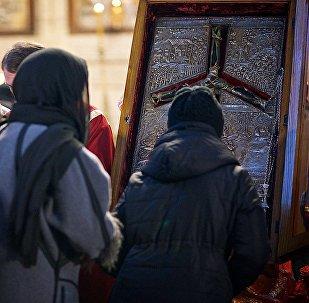 Верующие у креста Святой Нино в храме Сиони