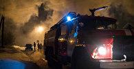 Пожарная машина на месте тушения пожара в Омской области