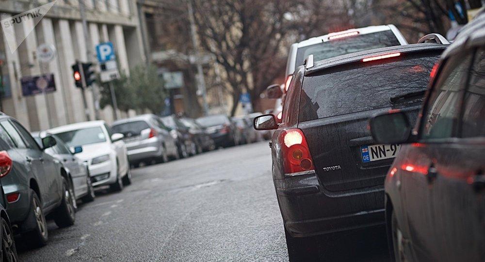 Машины на перекрестке ждут сигнала светофора