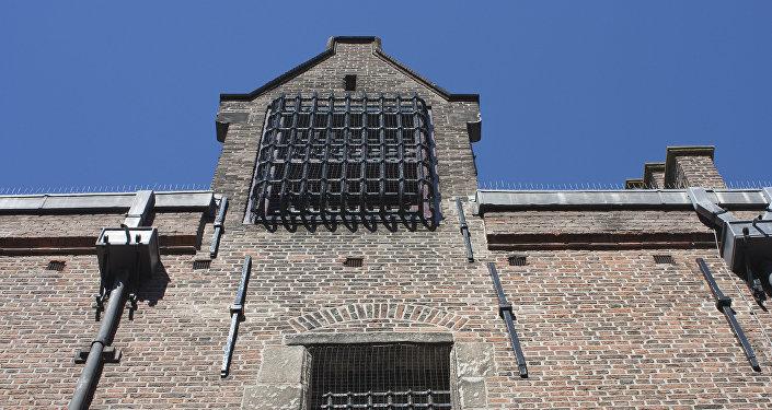 Решетки на окнах здания тюрьмы