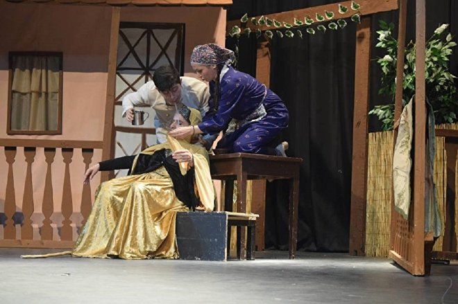 Сцена из спектакля Сначала умерли и потом поженились