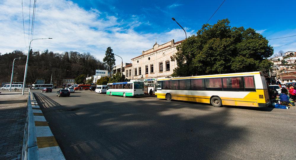 Автобусы на остановке возле рынка в городе Кутаиси