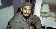 Кубинский лидер Фидель Кастро во время визита в СССР весной 1963 года едет в купе поезда по дороге из Иркутска в Братск