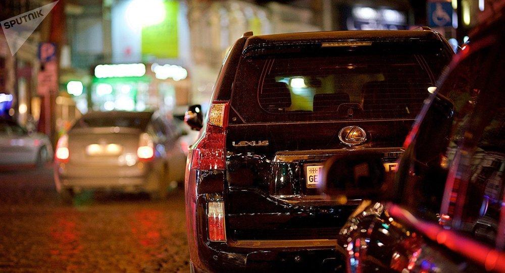 Черный джип на парковке
