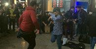 Зажигательное выступление уличных музыкантов у станции метро