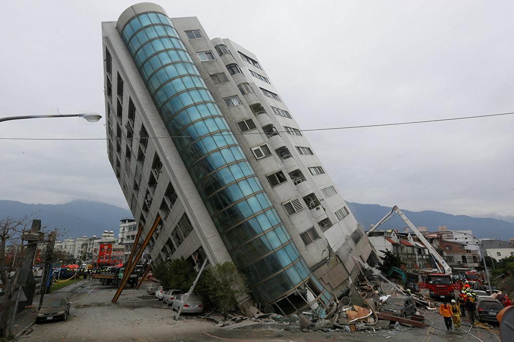Очень опасная ситуация возникла после того, как первые четыре этажа здания одного из отелей города были разрушены, из-за чего все здание не обрушилось, но наклонилось на 45 градусов вместе с людьми, находящимися в нем