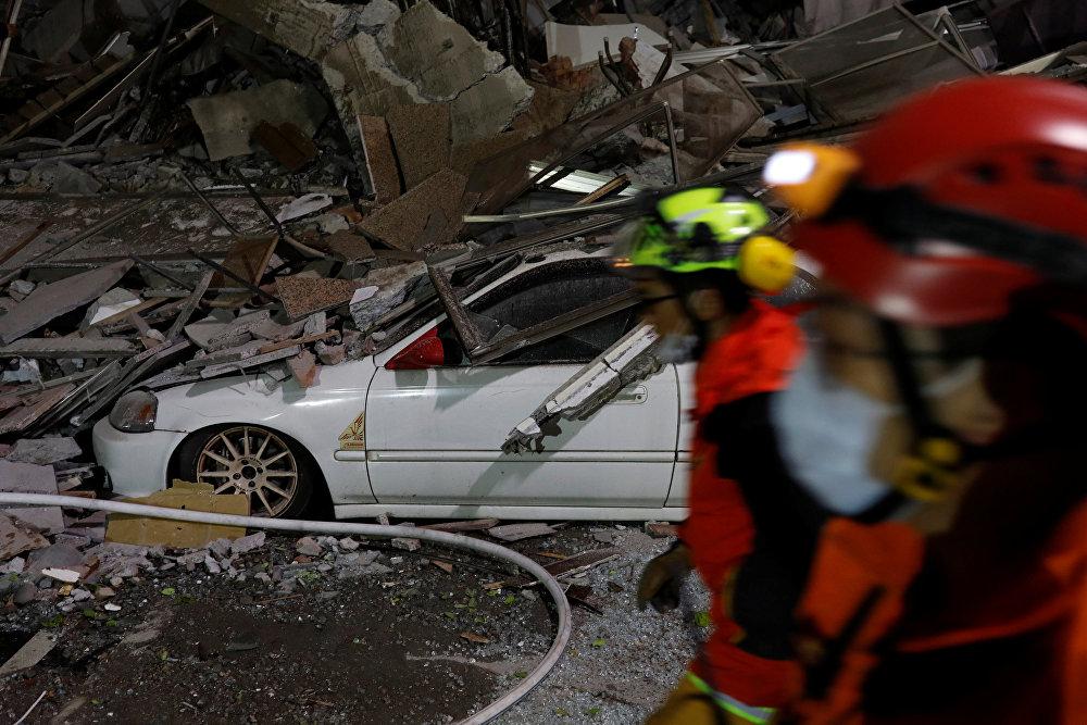 Машина под руинами обрушившегося здания после землетрясения в городе Хуалянь на Тайване