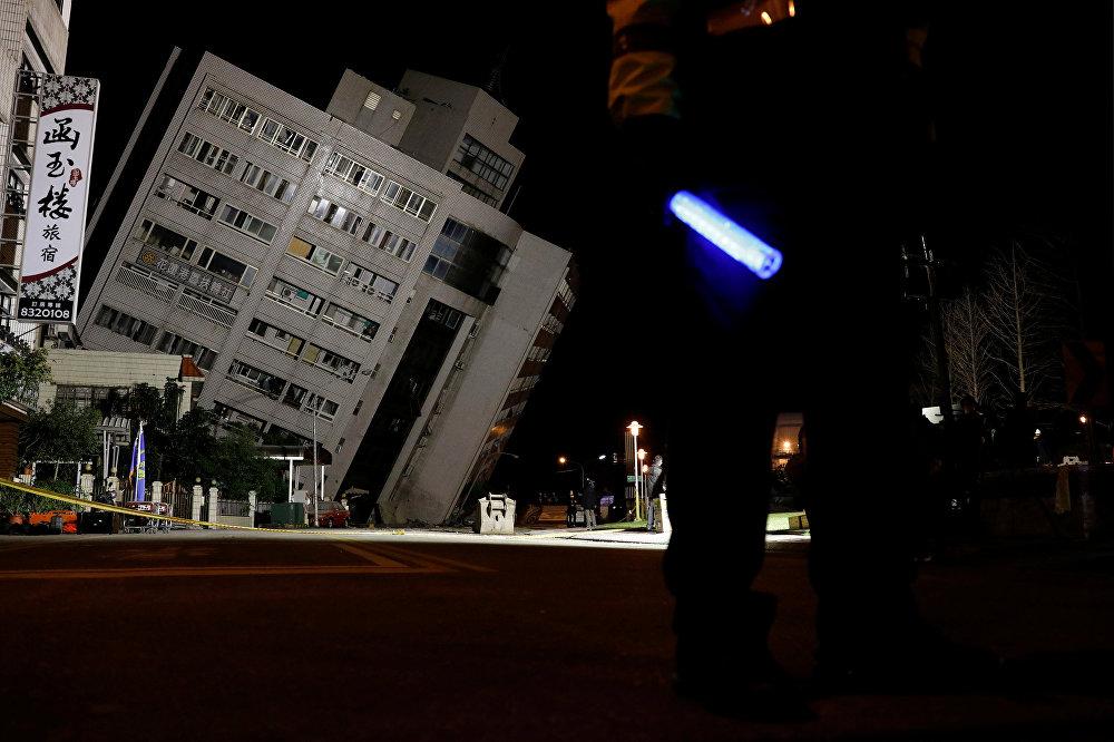 Разрушенное землетрясением здание в городе Хуалянь на Тайване