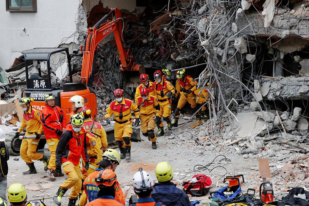 В поисково-спасательной операции в городе Хуалянь принимают участие более 1,3 тысячи пожарных, спасателей и других специалистов